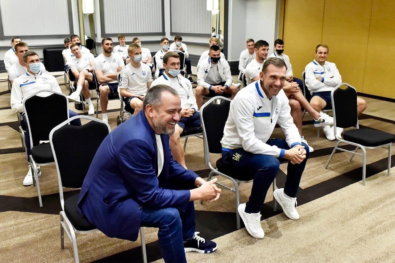 Зеленський зателефонував гравцям і тренеру збірної України.