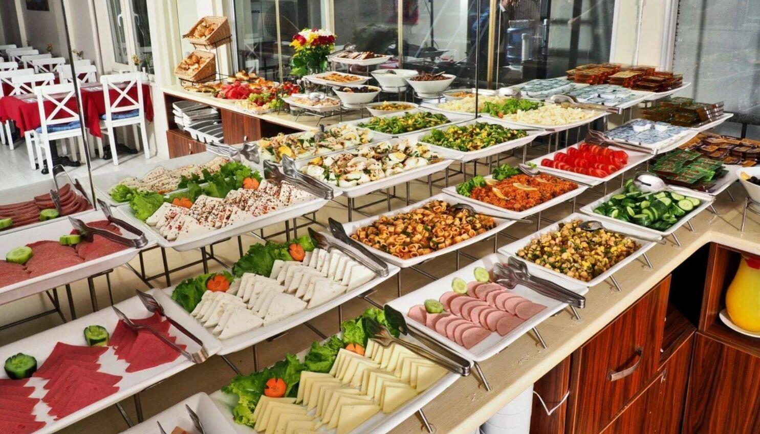 Стоит отказаться от употребления колбасы в недорогих отелях Турции