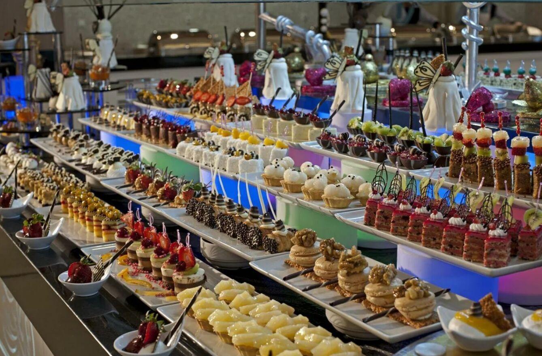 Вчерашние десерты турецкие повара украшают свежими сливками, чтобы те выглядели презентабельно