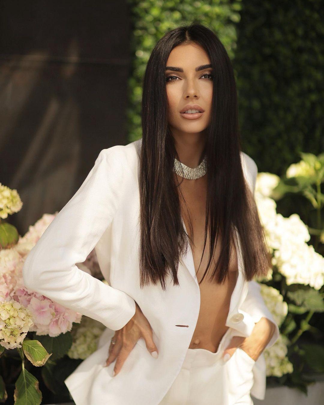 Татьяна Макаренко в белом пиджаке