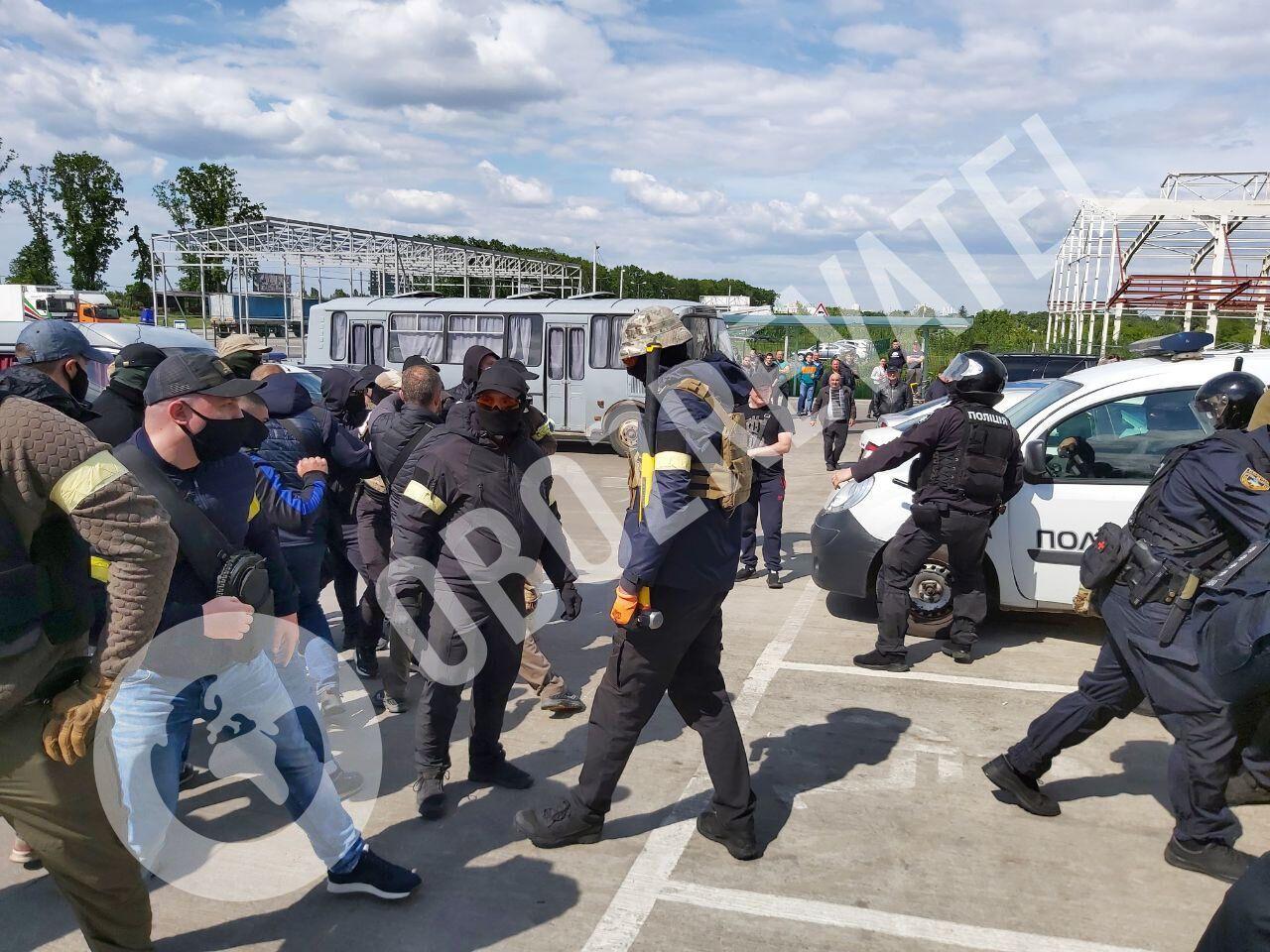 Найбільш активного крикуна спробував затримати поліцейський