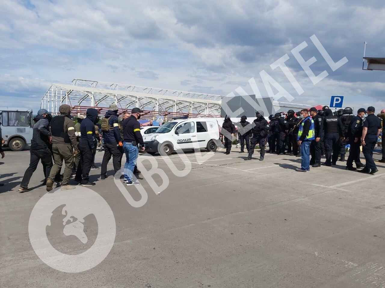 """Тітушки вимагали у поліції вивести """"сепарів"""" із павільйону ринку"""