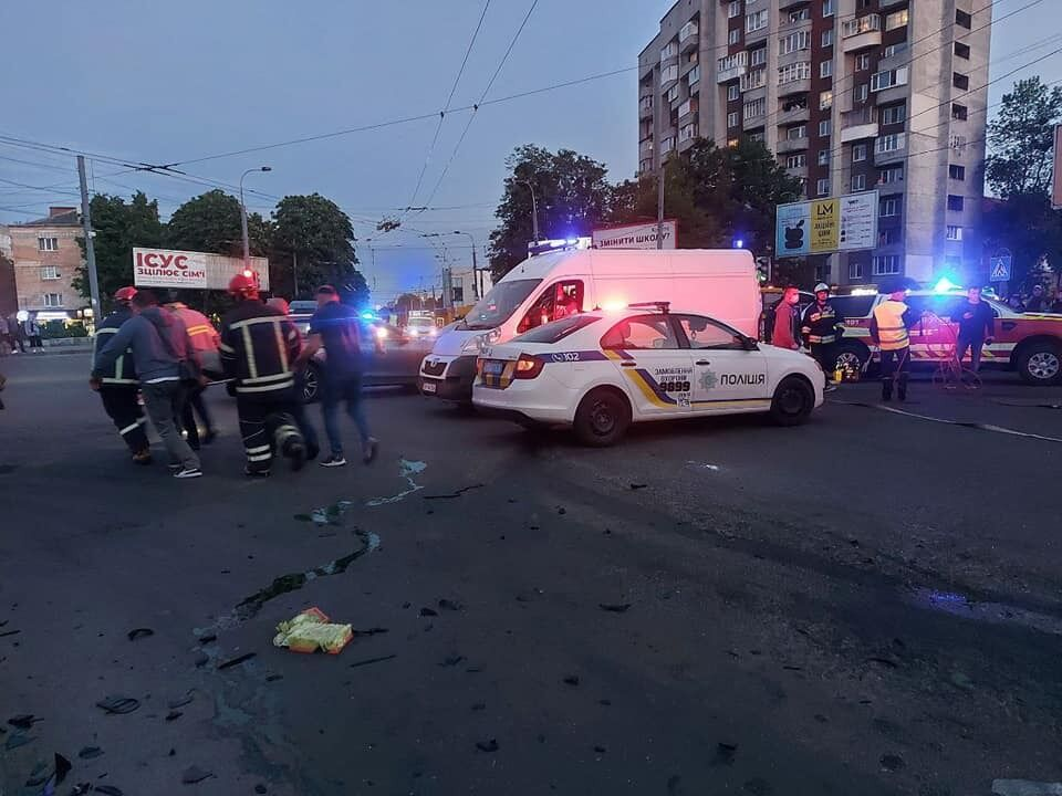 В Ривне произошло масштабное ДТП с такси: много пострадавших. Фото