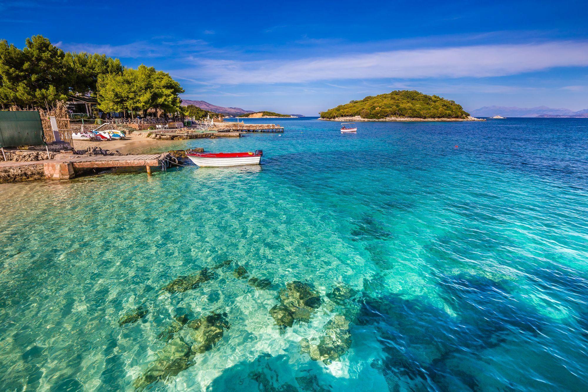 На курорті Ксаміл вода досягає чистого бірюзового кольору, за що її порівнюють із Мальдівами.