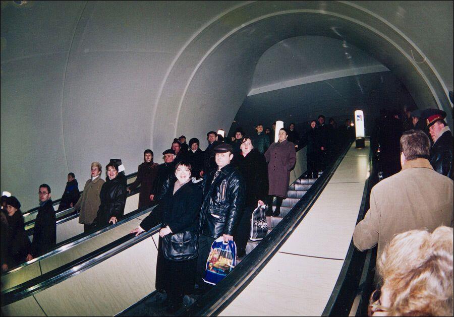 Первые пассажиры спускаются на станцию.