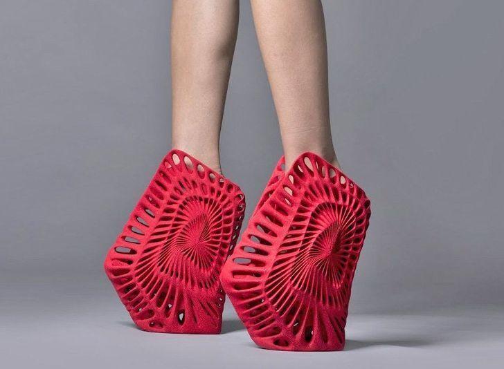 Экстравагантные туфли на высоченных каблуках.