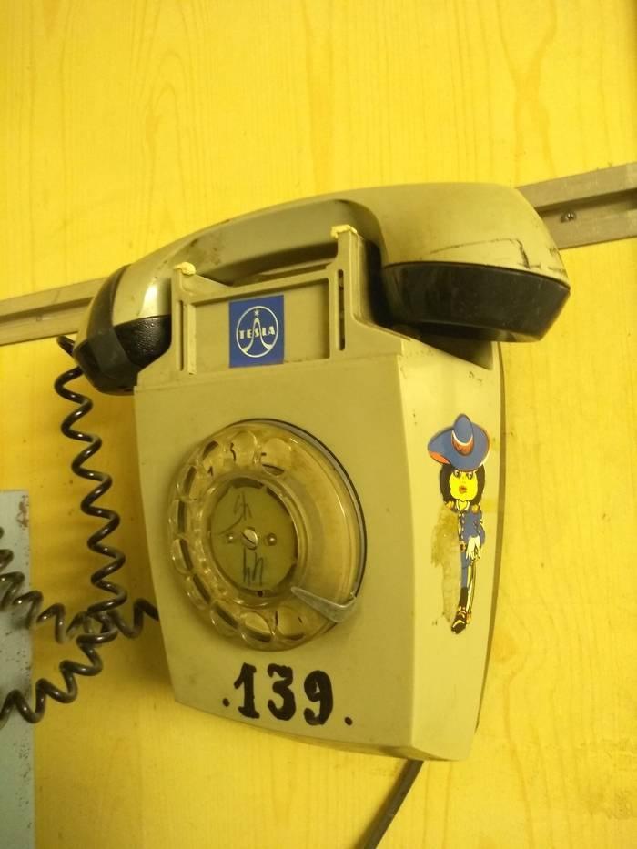 На некоторых заводах до сих пор функционируют такие телефоны