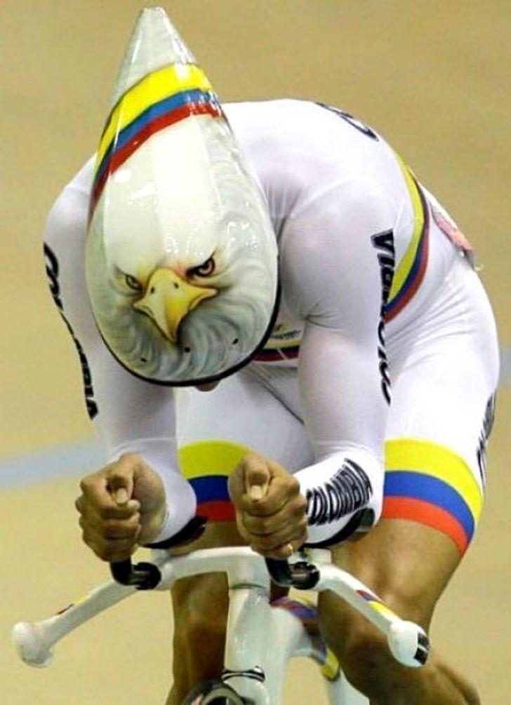 Велосипедист надел шлем с рисунком.