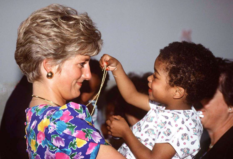 Принцеса Діана тримає на руках дитину