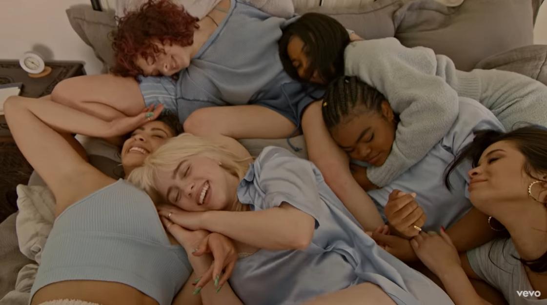 Певица собрала подруг и устроила пижамную вечеринку