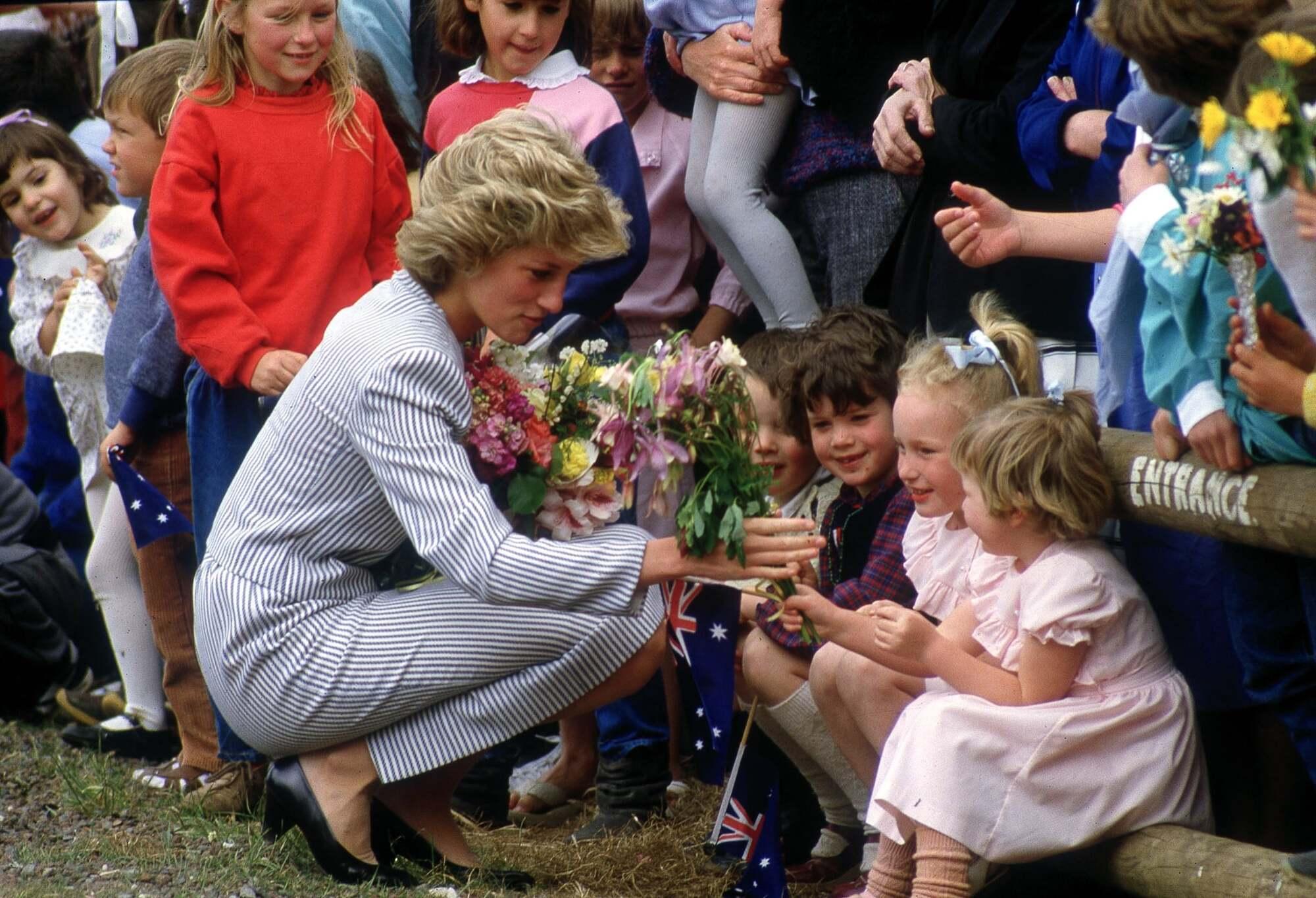 Принцеса Діана спілкується з дітьми