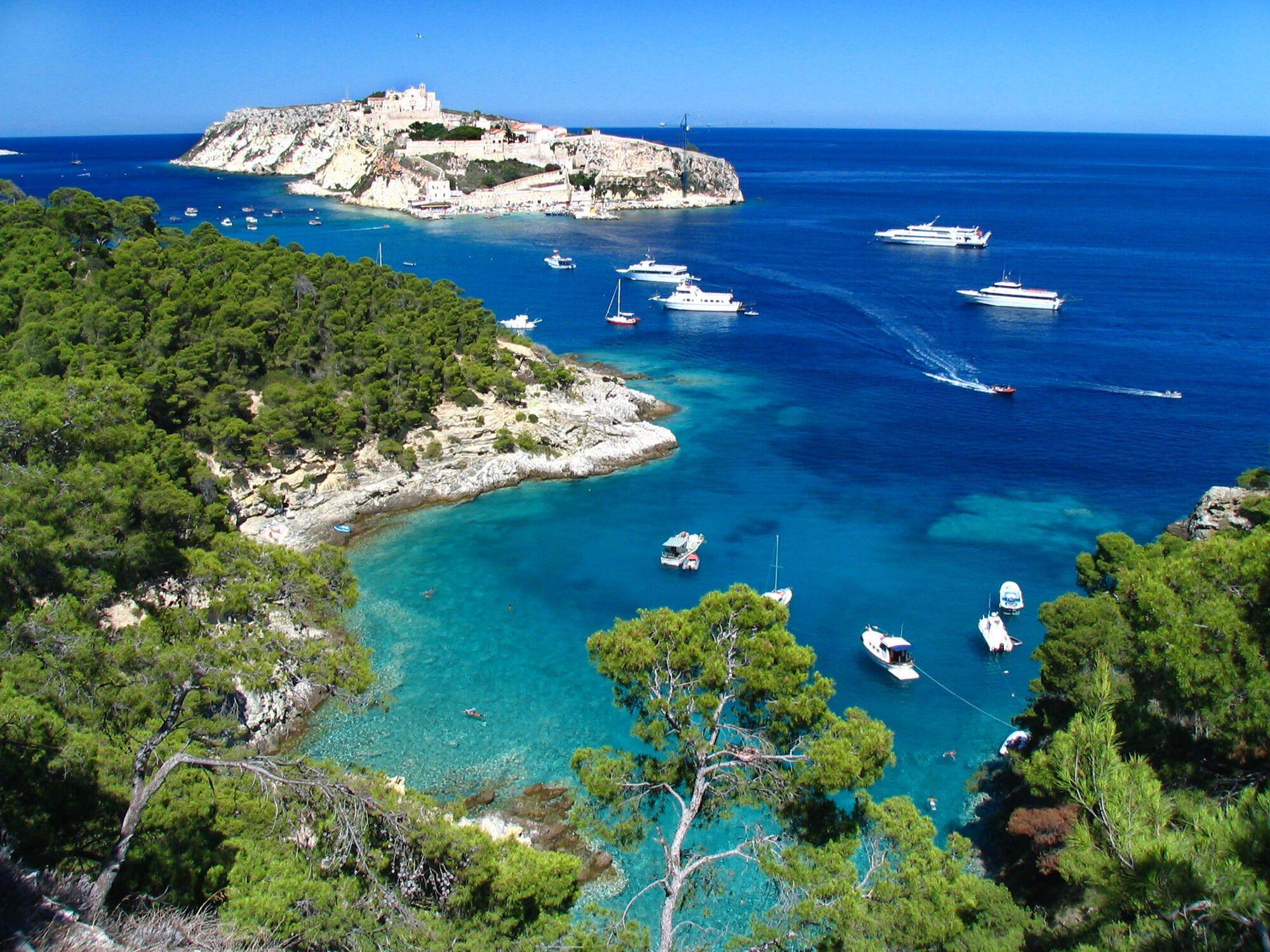 До Егейського моря примикають такі курорти, як Мармарис, Бодрум, Даламан, Ізмір і Фетхіє