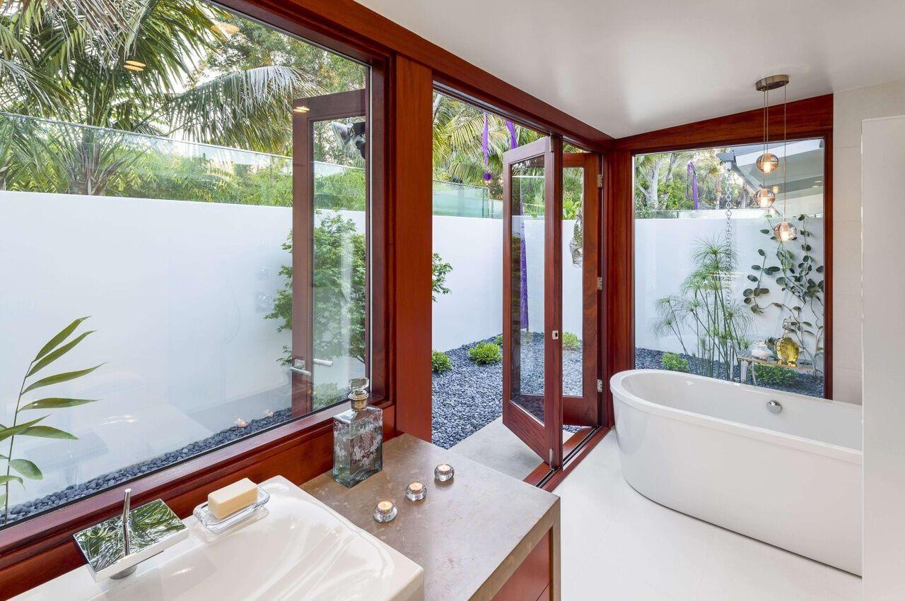 Також тут розташована ванна кімната з великою глибокою ванною