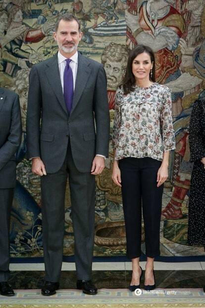 Король носит кейп Seseña и повязывает французские галстуки Charvet.