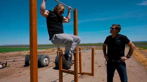Мужчины выполняют тренировку.