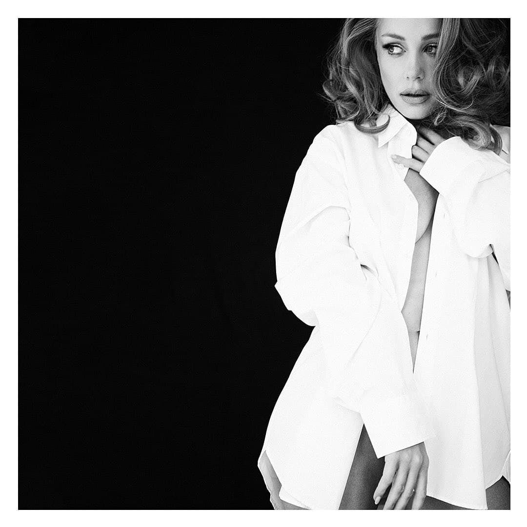 Кароль знялася в білій сорочці без білизни