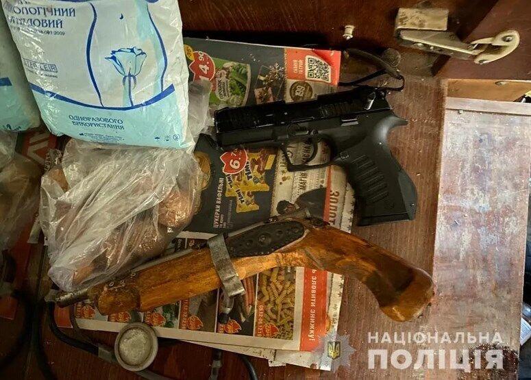 Після обшуку в квартирі на вул. Соборності, де жили Шандор і Марія, знайшли зброю
