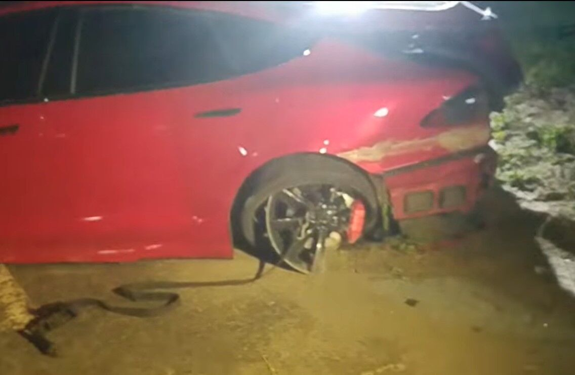 За словами водія, в авто лопнуло заднє колесо.