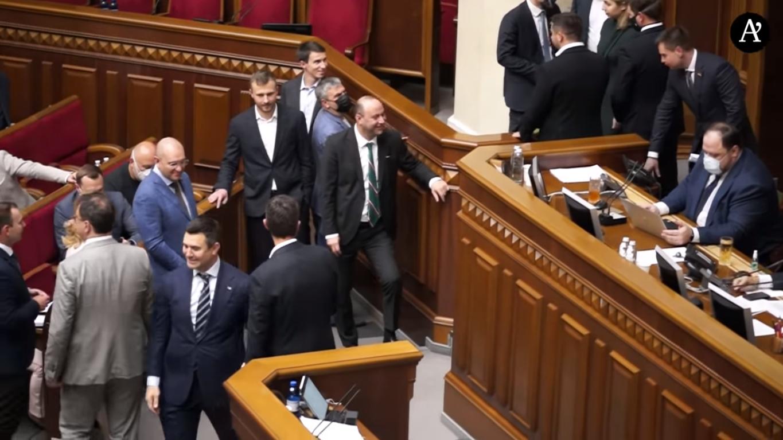 После выходки политик вернулся на свое место в зале