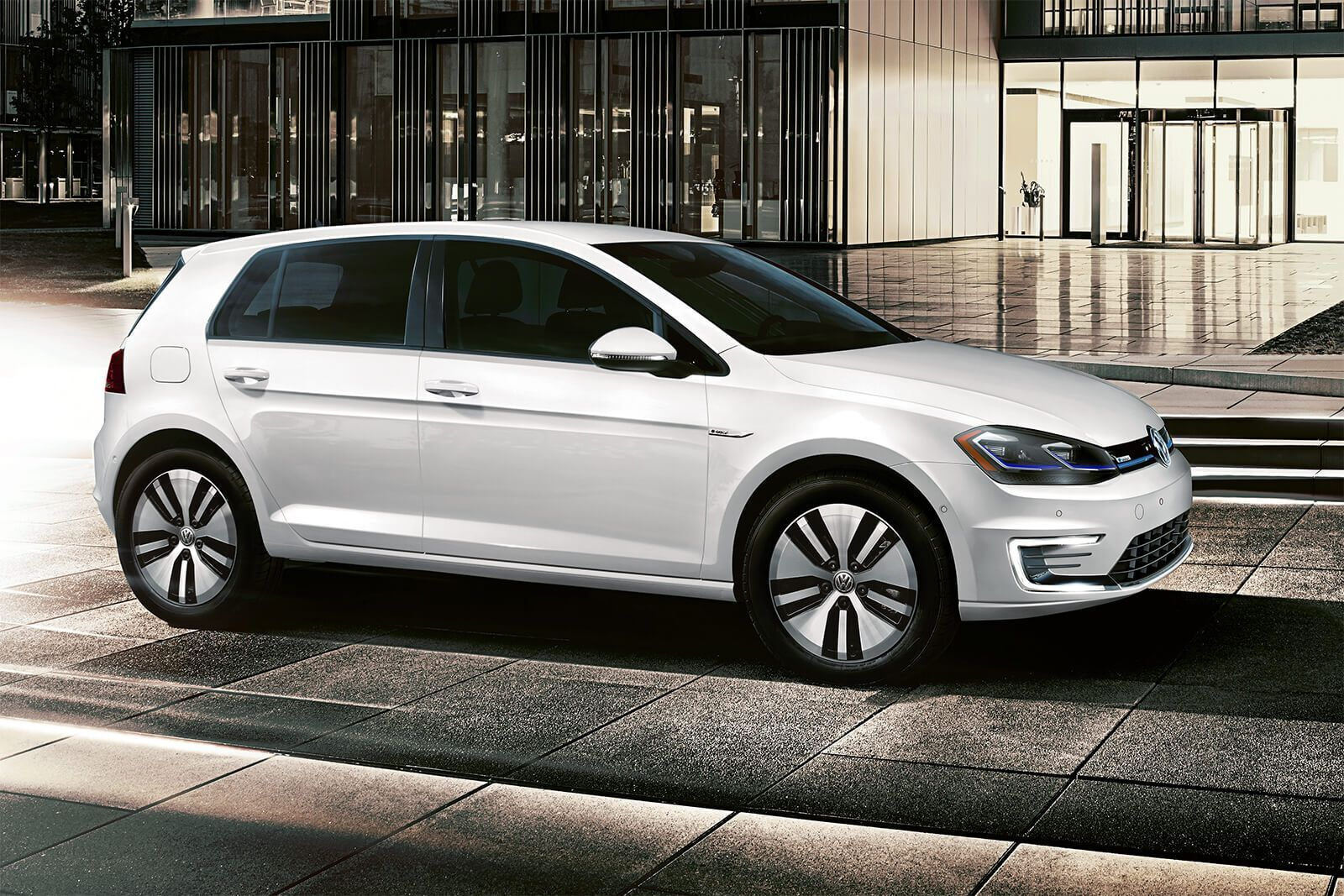 Volkswagen e-Golf Electric – это просторный и безопасный электрокар