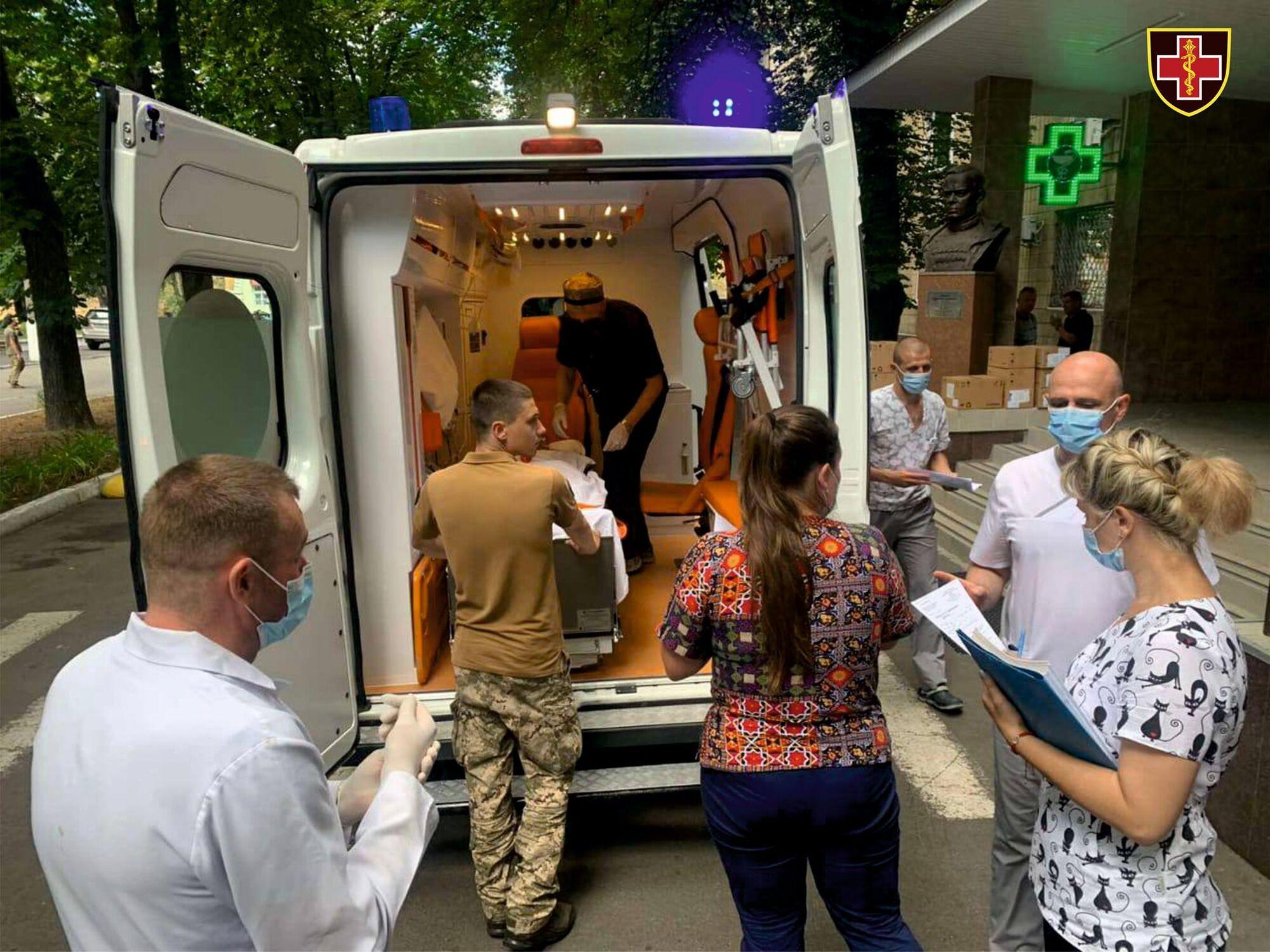 Украинский воинов доставили в Центральный военный госпиталь Киева