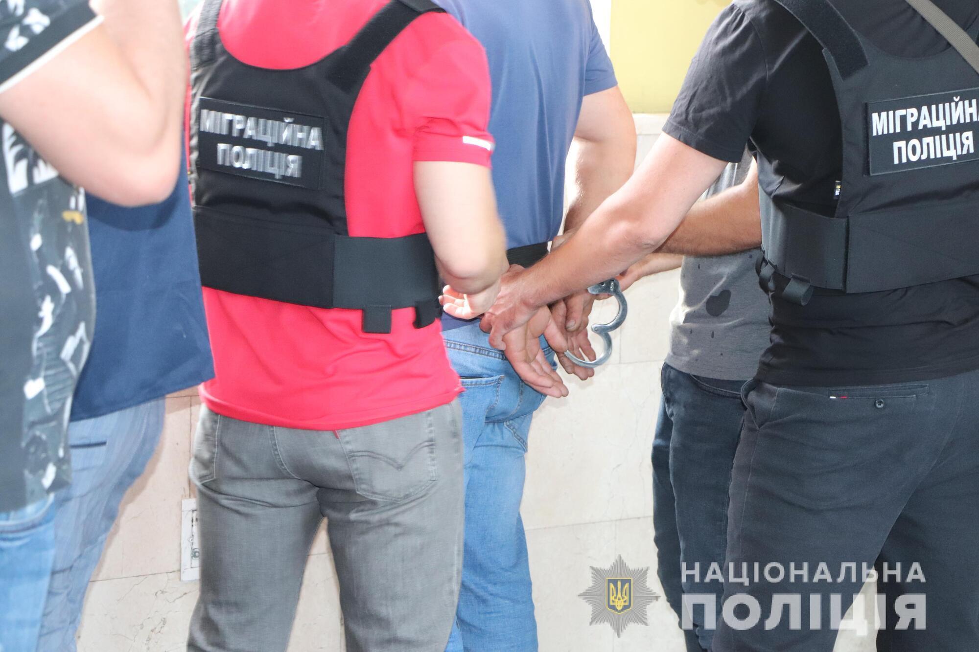 """Іноземцю повідомлено про підозру за статтею """"торгівля людьми"""" ККУ"""