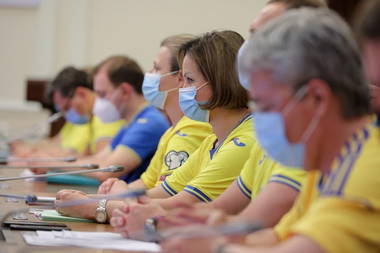 Міністри одягнули на засідання уряду футболки збірної України
