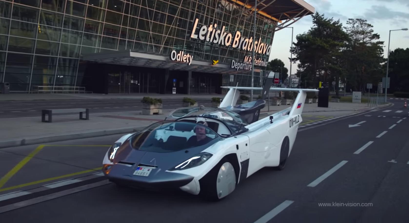 AirCar может летать и ездить на обычных дорогах