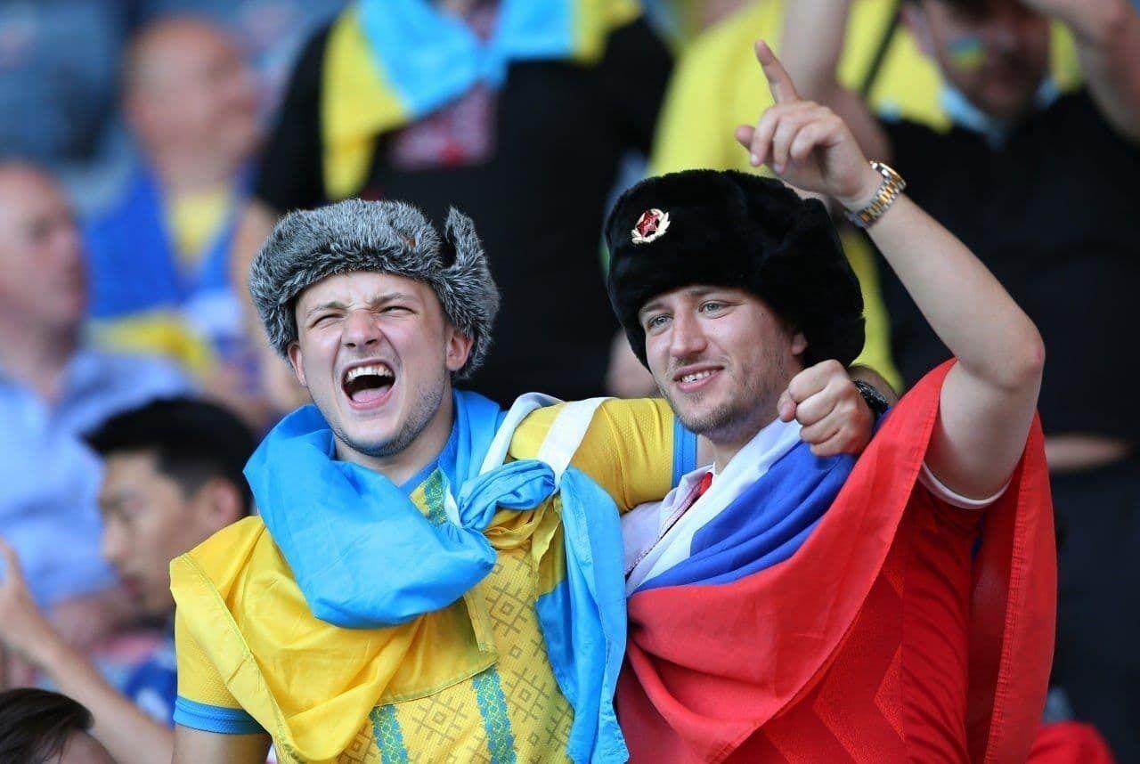 Російський і український вболівальники стоять обіймаючись