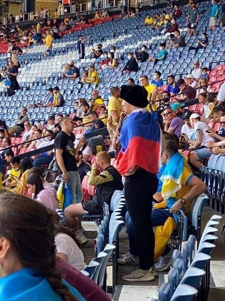 Російський уболівальник із прапором своєї країни