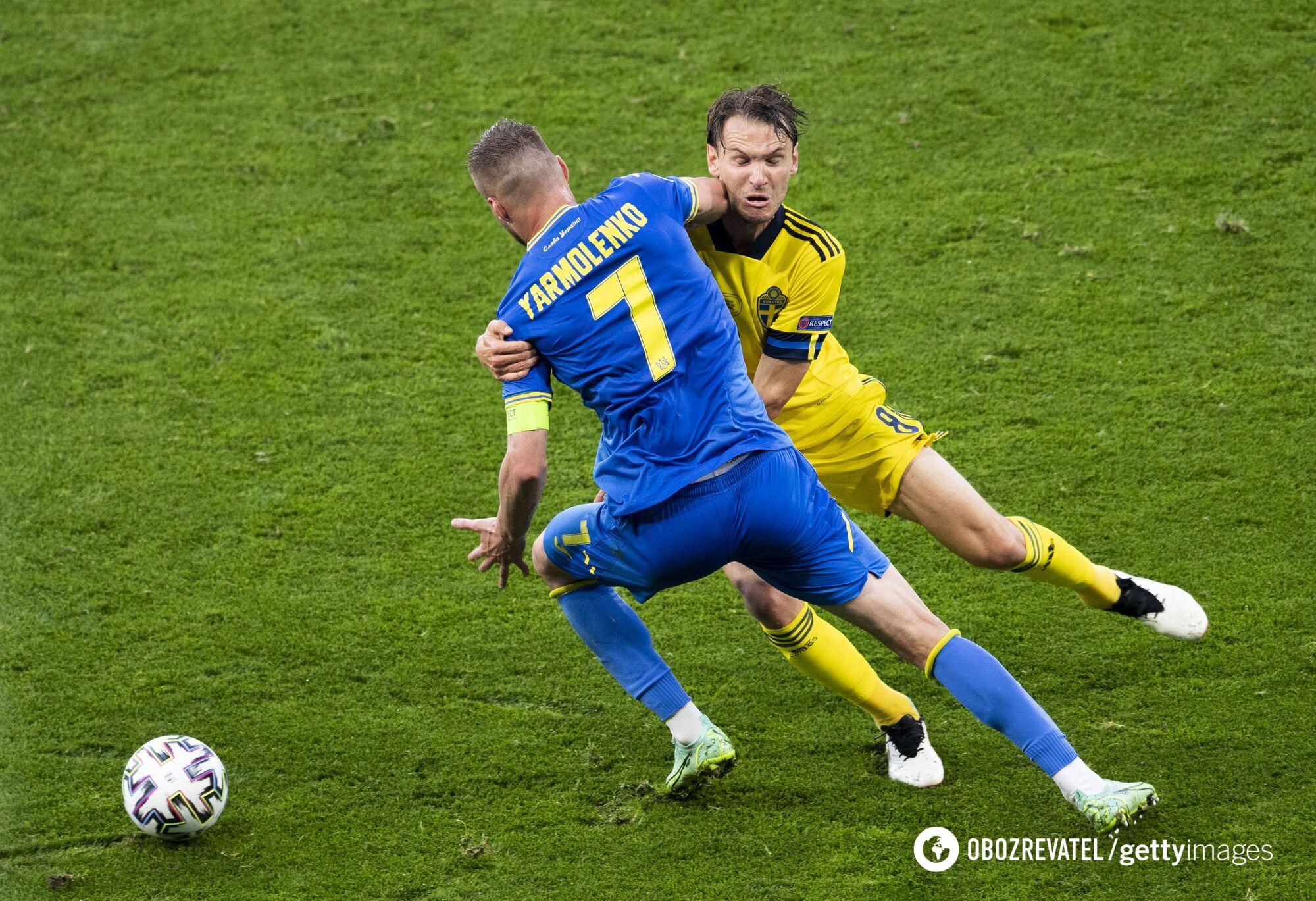 Андрія Ярмоленко в боротьбі за м'яч.