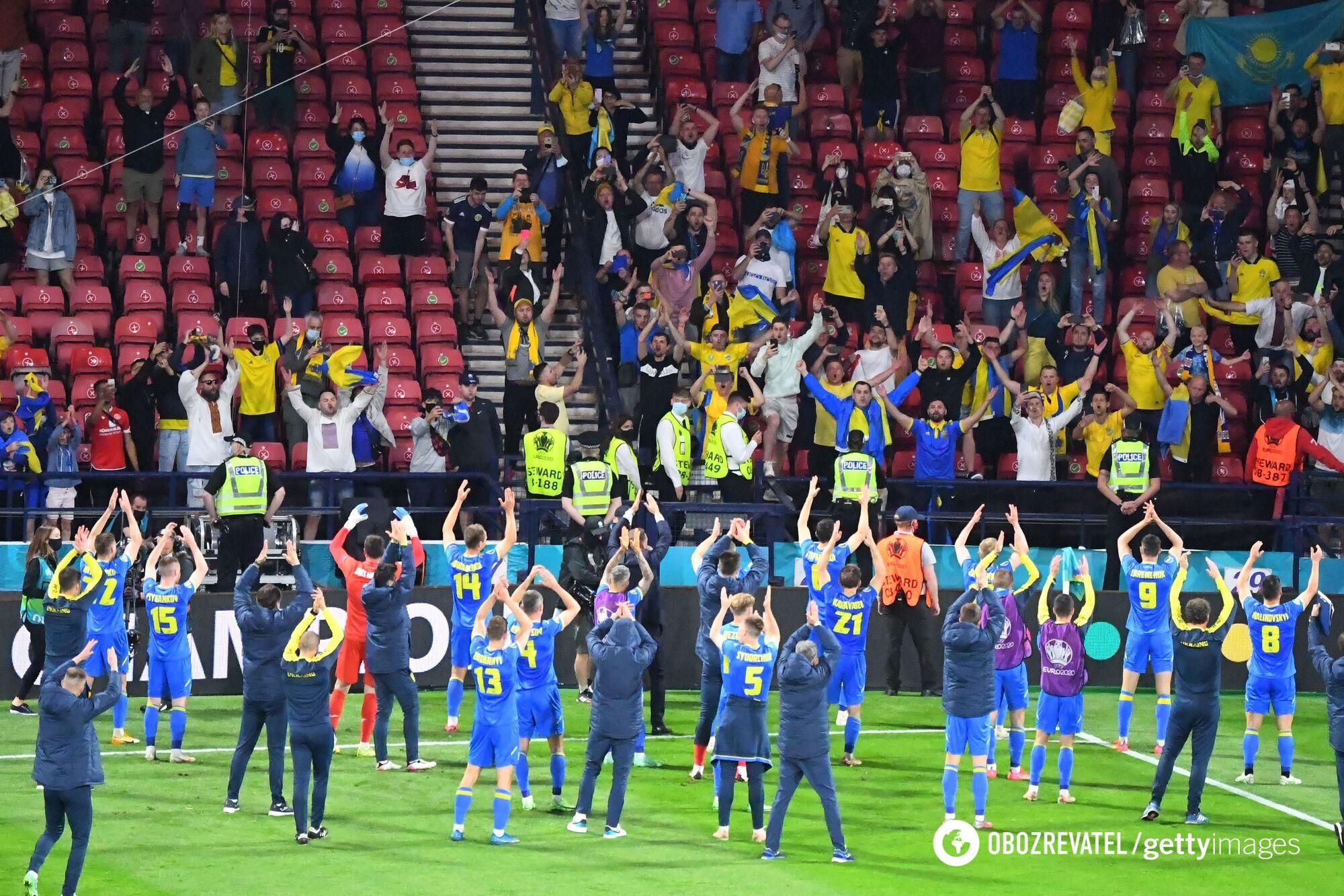 Футболісти збірної України вітають уболівальників.