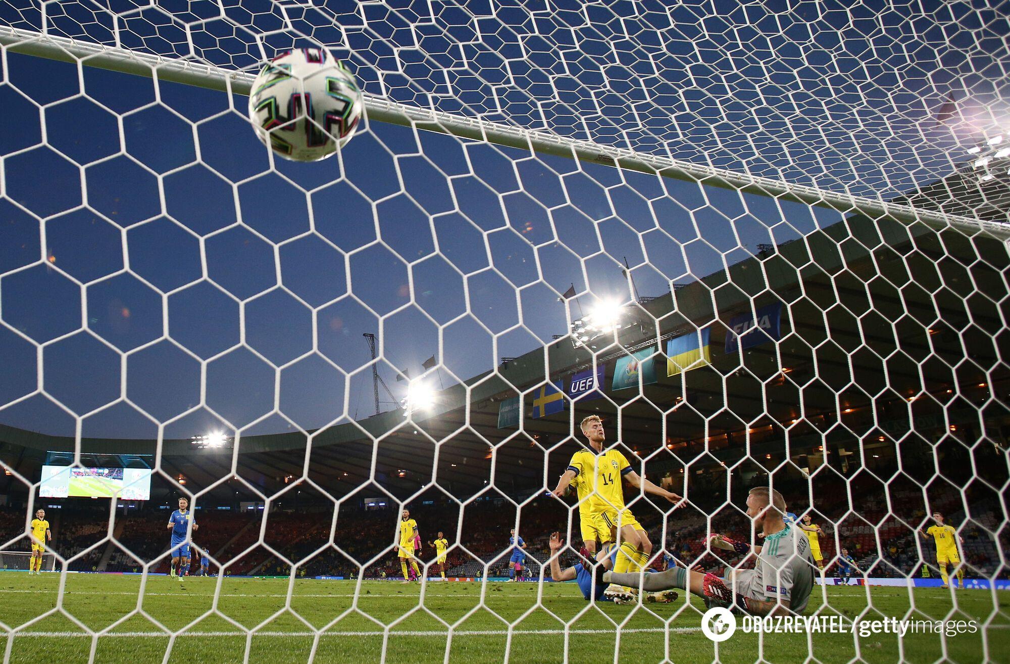 М'яч у воротах Швеції.