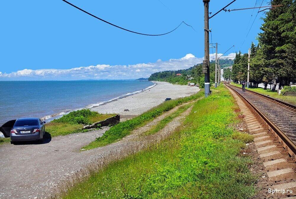 Недалеко від пляжу Махинджаурі розташований залізничний вокзал Батумі