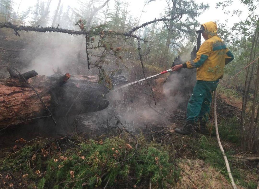 співробітники МНС гасять лісові пожежі на території 17 районів Якутії