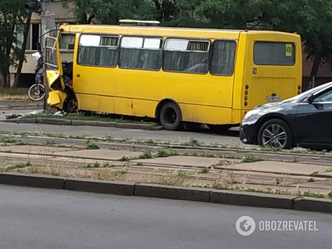 Маршрутное такси влетело в столб