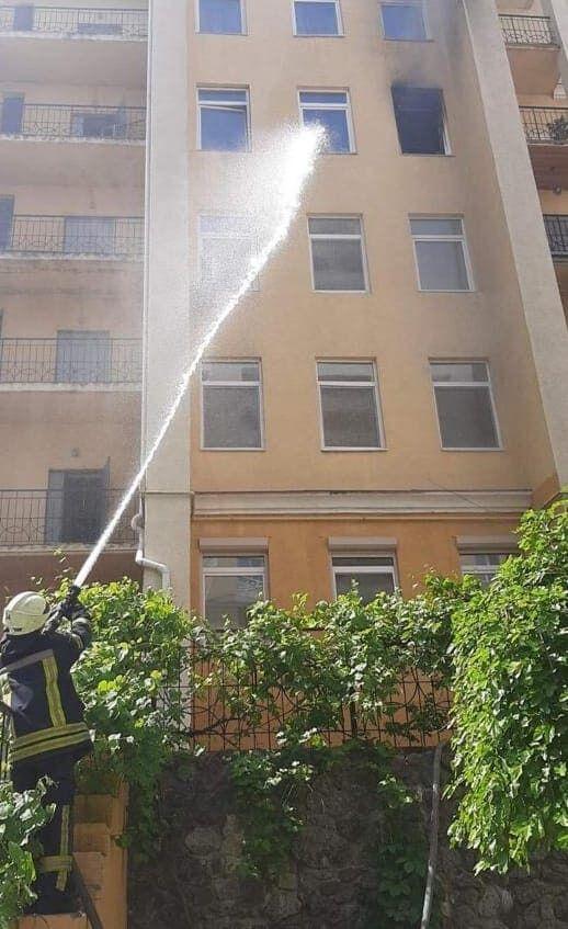 Под Киевом во время пожара в многоэтажке спасли двоих детей.