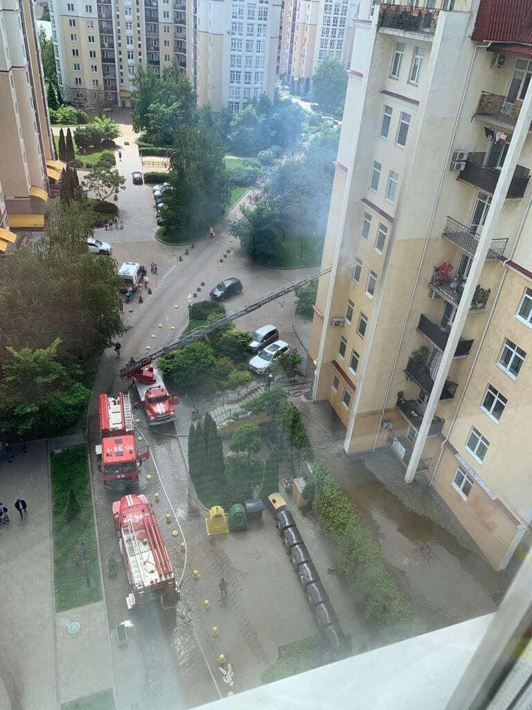Пожар возник в трехкомнатной квартире.