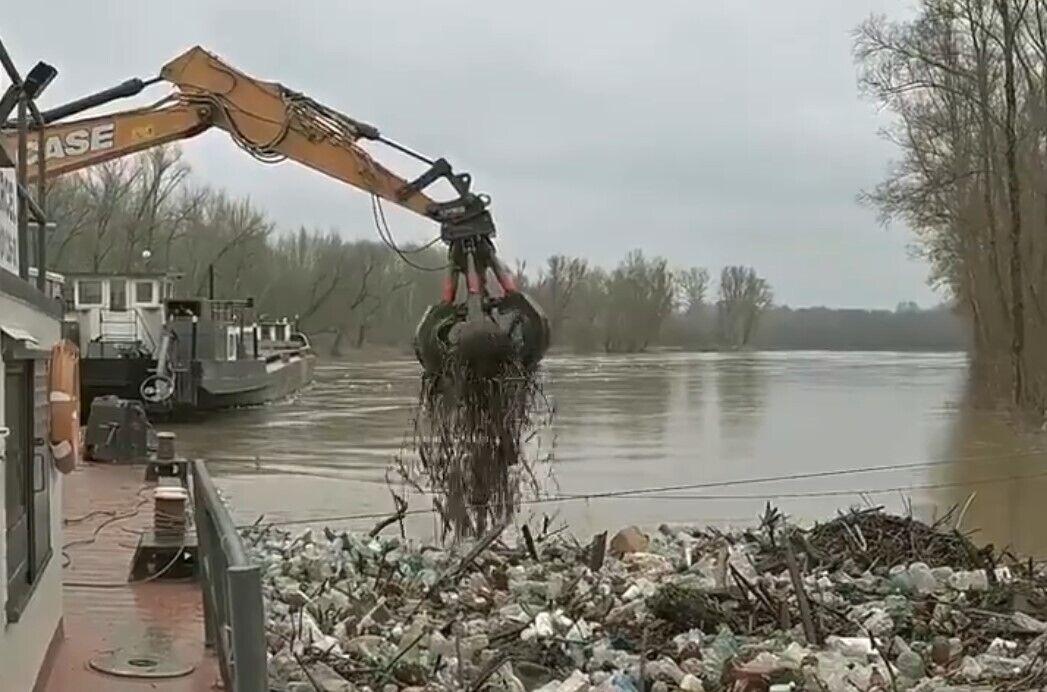 Українське сміття виловлюють з Тиси в Угорщині