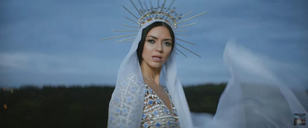 Кадр из нового клипа певицы