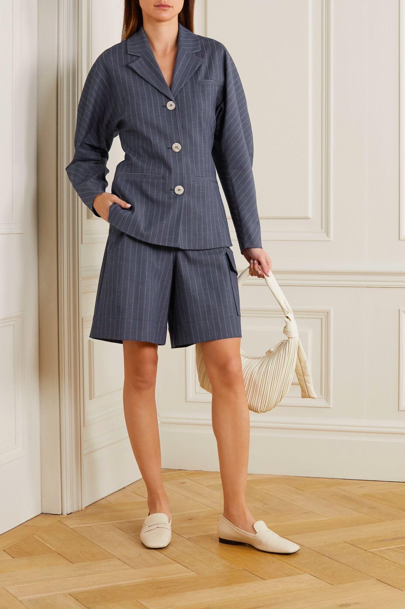Модный костюм в тонкую полоску 2021