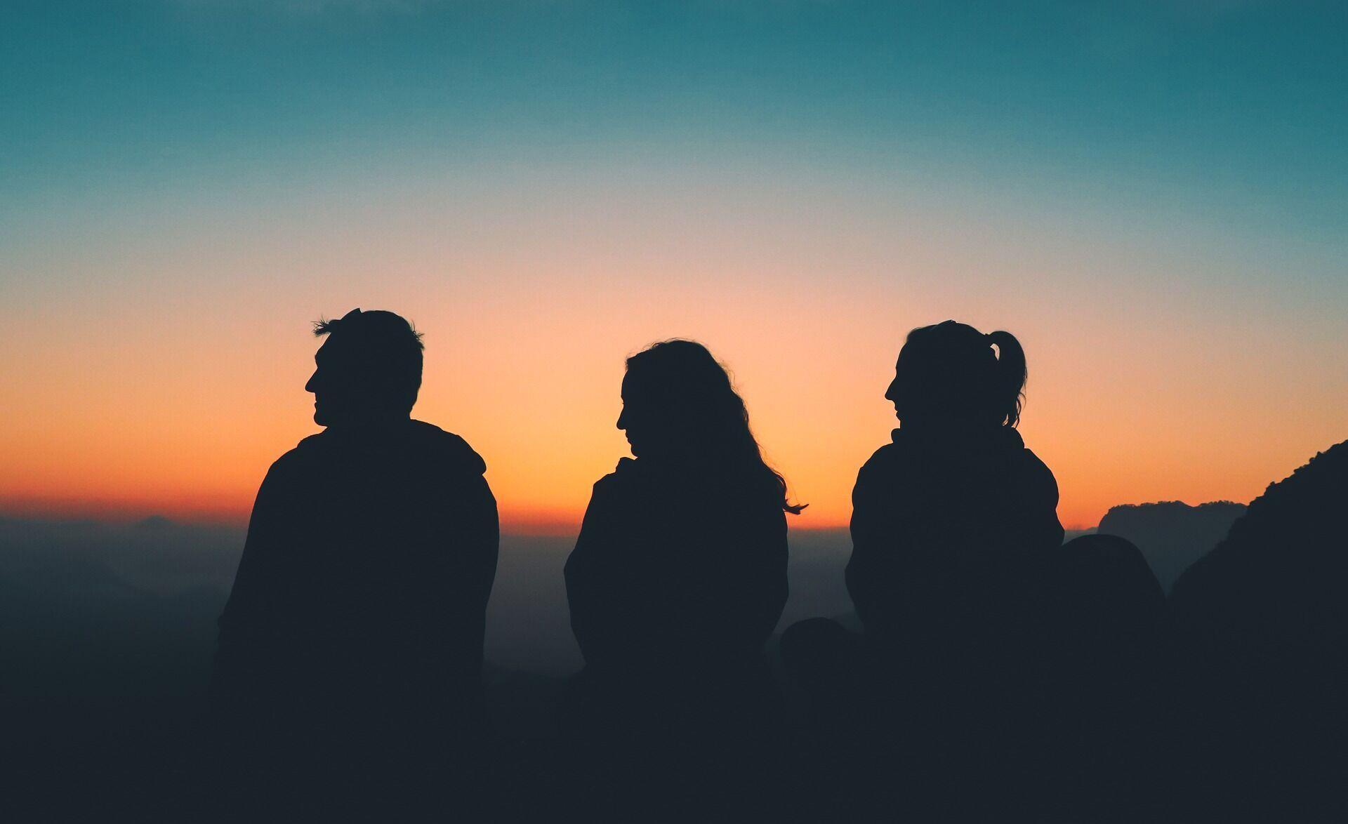 """Психологи рекомендують уникати багатолюдних довгих посиденьок тим, хто страждає від """"соціального похмілля"""""""