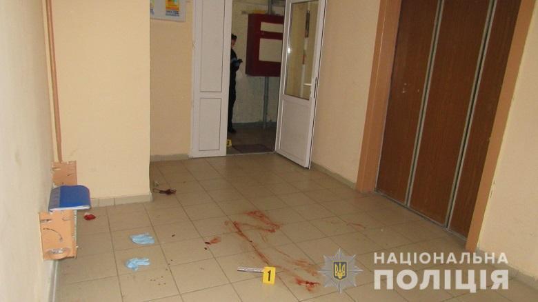 Зловмисник поранив свого товариша і покинув його в під'їзді будинку.