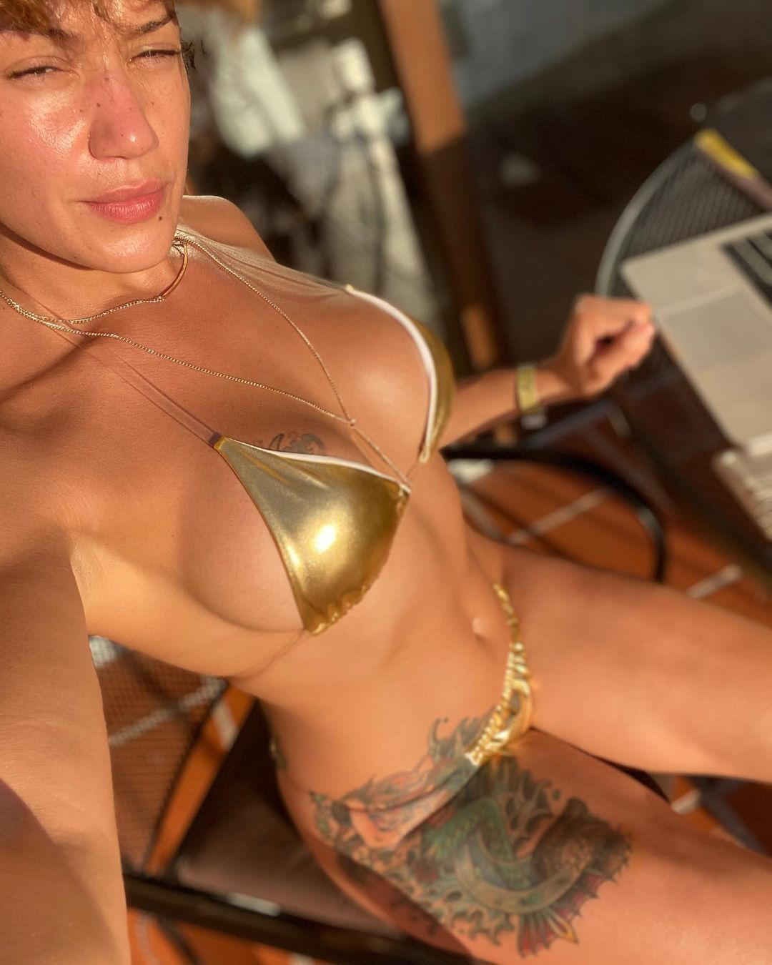 Перл Гонсалес в золотистом бикини