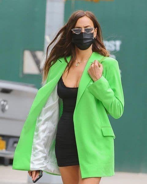 На улицах Нью-Йорка модель была замечена в удлиненном неоновом жакете