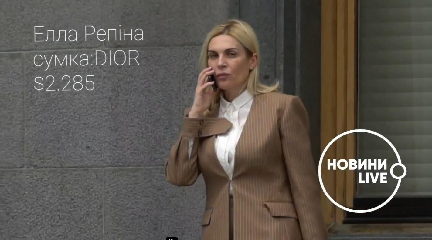 Элла Репина в трендовом костюме в тонкую полоску