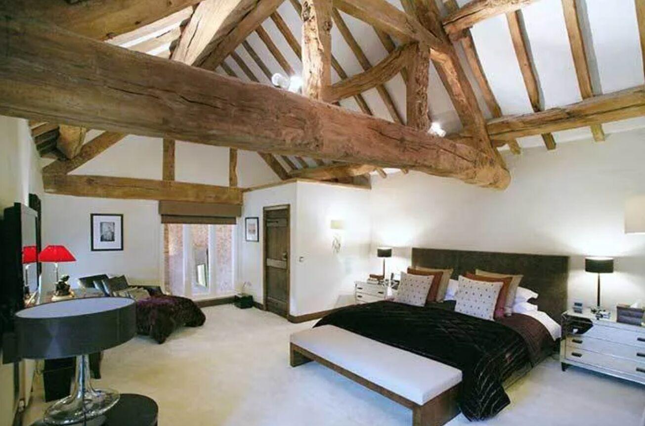 Hollinshead House в Олдерлі-Едж зроблений з червоної цегли, а на території будинку є величезний сад