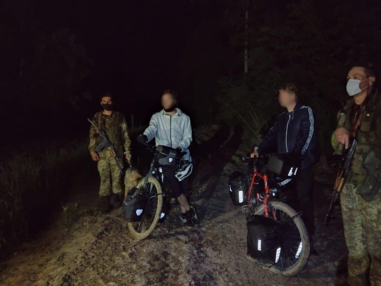 Двоє німців на велосипедах перетнули кордон України