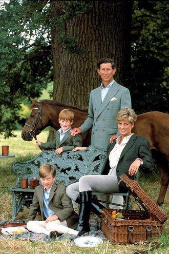 Кадр с Уэльскими в компании двоих сыновей, где все одеты в конную форму