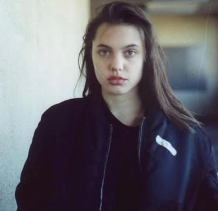 Джоли начала работать моделью на показах одежды уже в 14 лет